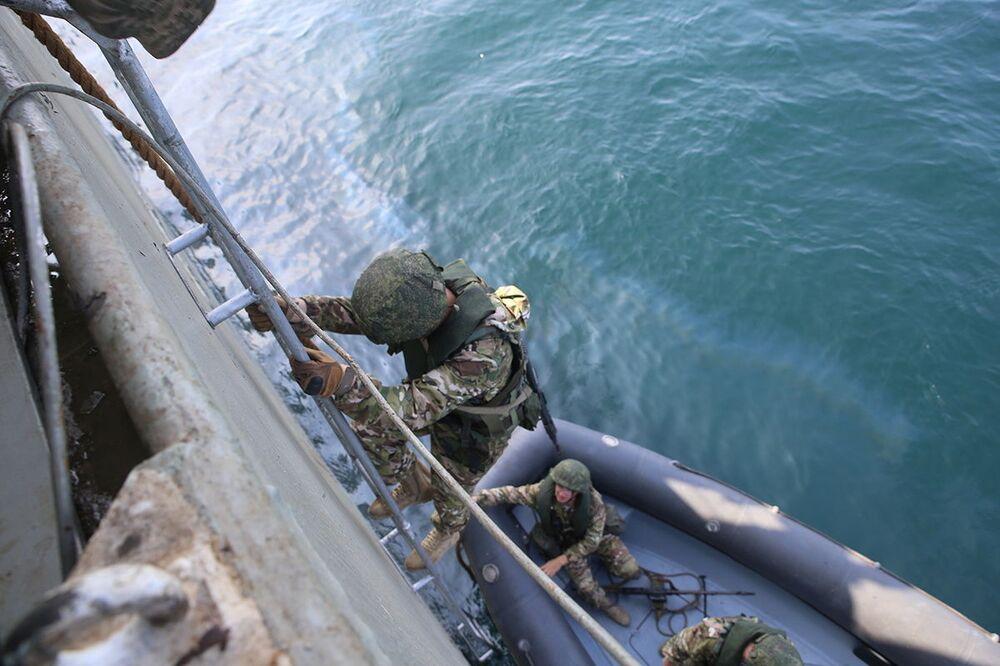 Společné cvičení íránského a ruského námořnictva v Indickém oceánu.
