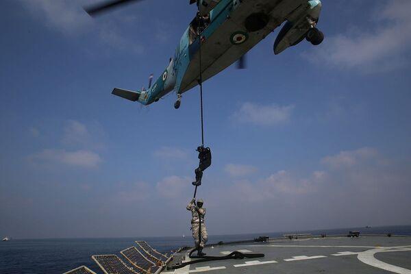 Příslušníci íránského námořnictva sestupují z vrtulníku po laně během společných cvičení Ruska a Íránu. - Sputnik Česká republika