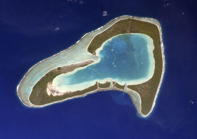 Ostrov Tūpai ve Francouzské Polynésii připomínájící svým tvarem srdce. Autorem fotografie je ruský kosmonaut Sergej Kuď-Sverčkov z paluby ISS.