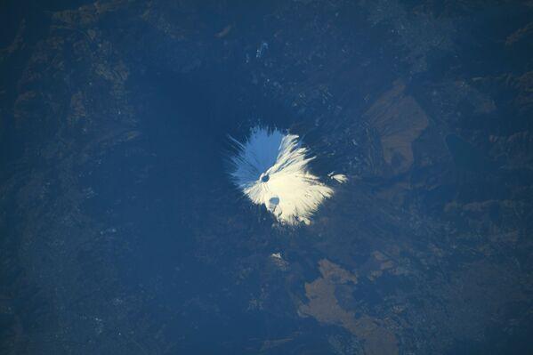 Zasněžená hora Fudži, kterou svým objektivem zachytil japonský astronaut Sóiči Noguči. - Sputnik Česká republika
