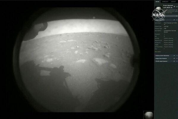 První snímek z roveru Perseverance po přistání na Marsu - Sputnik Česká republika