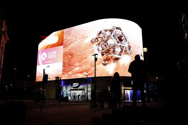 Lidé v Londýně poblíž obrazovky během vysílání přistání Perseverance na Marsu - Sputnik Česká republika