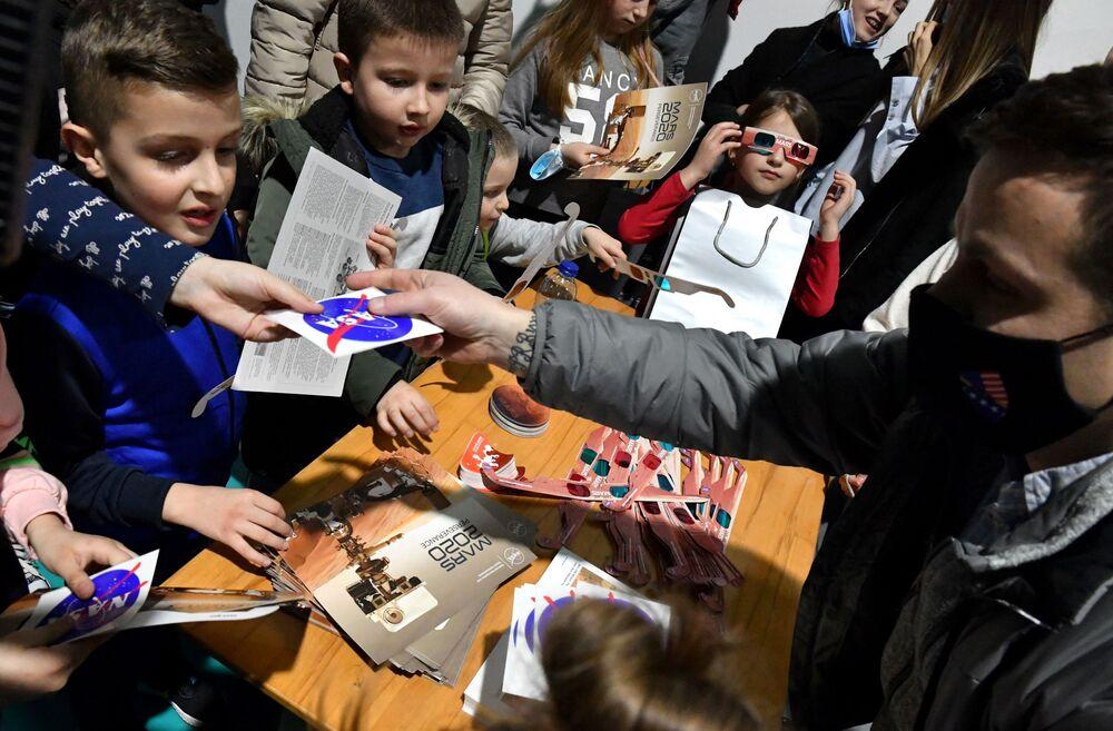 Macron je spokojen, děti jsou šťastné: Jak dopadlo přistání vozítka Perseverance na Marsu