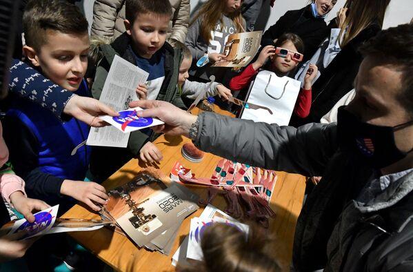 Bosenské děti s brožurkami a brýlemi NASA oslavující přistání vozítka Perseverance na Marsu - Sputnik Česká republika