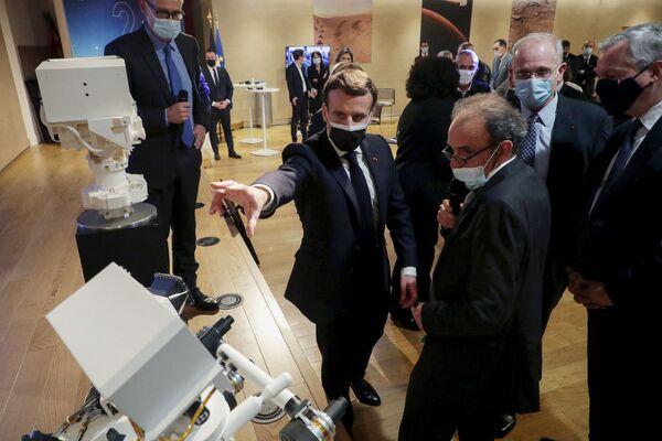 Francouzský prezident Emmanuel Macron ve francouzském Národním centru kosmického výzkumu v den, kdy vozítko NASA Perseverance přistálo na Marsu. Paříž - Sputnik Česká republika