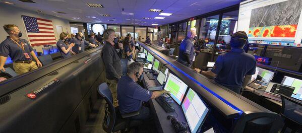 Členové týmu NASA vozítka Perseverance zkoumají údaje na monitorech ve středisku řízení letů v Laboratoři proudového pohonu NASA (Jet Propulsion Laboratory) v Pasadeně v Kalifornii v USA - Sputnik Česká republika
