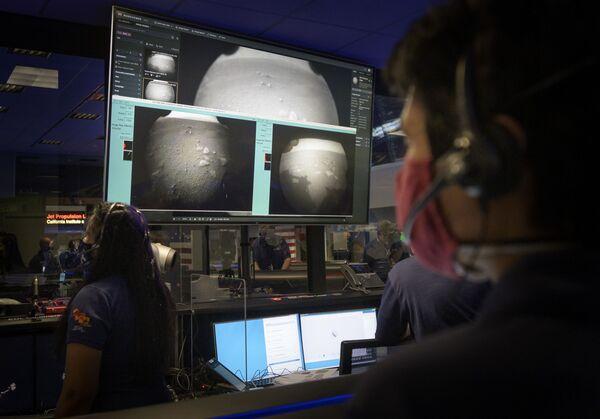 Členové týmu NASA sledují první snímky z vozítka Perseverance po přistání na Marsu - Sputnik Česká republika