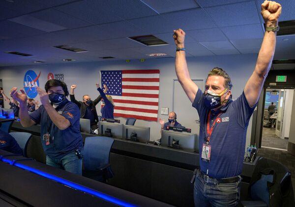 Členové týmu NASA po obdržení potvrzení o úspěšném přistání robotického vozítka Perseverance na Marsu - Sputnik Česká republika