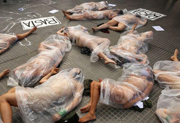 Nahé ženy v igelitových taškách během protestu proti násilí na ženách po vraždě Ursuly Bahillové v argentinském Buenos Aires   - Sputnik Česká republika