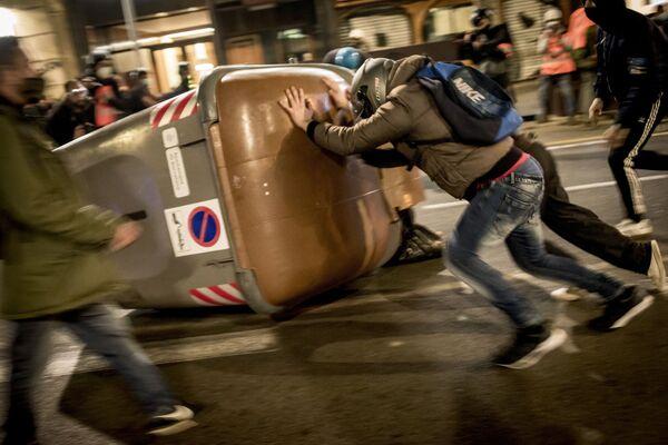Účastníci protestního shromáždění na podporu rappera Pabla Haséla, který byl za urážku monarchie a oslavování radikálního levicového terorismu odsouzen k devíti měsícům vězení, na ulici v Barceloně. - Sputnik Česká republika