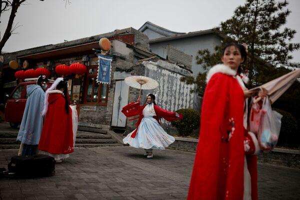 Dívky v tradičních krojích během oslav lunárního nového roku v čínském Pekingu  - Sputnik Česká republika