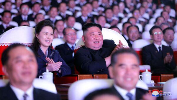 Severokorejský vůdce Kim Čong-un s manželkou Lee Seol-joo na hudebním představení věnovaném výročí Kim Čong-ila - Sputnik Česká republika