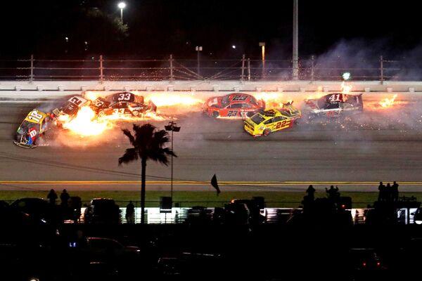 Piloti NASCAR Cupu havarovali během závodu Daytona 500 - Sputnik Česká republika