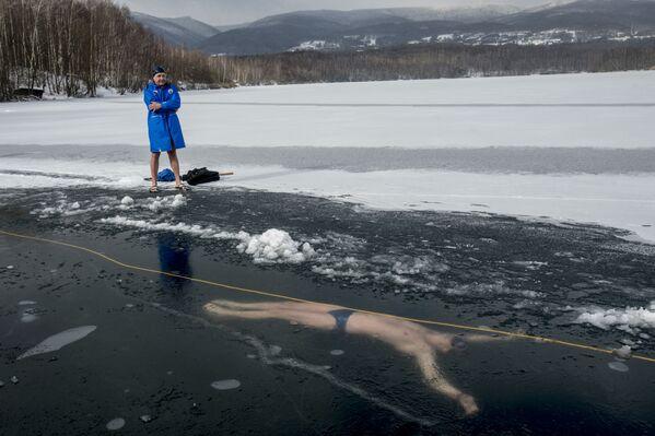 Český freediver David Vencl během plaveckého výcviku pod ledem - Sputnik Česká republika