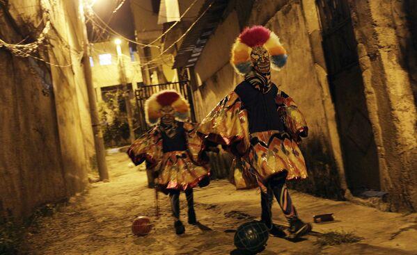 Účastníci tradičního karnevalu na předměstí Rio de Janeira - Sputnik Česká republika
