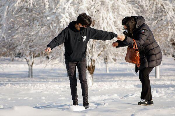 Lidé na zamrzlých ulicích města Niagara Falls ve státě New York - Sputnik Česká republika