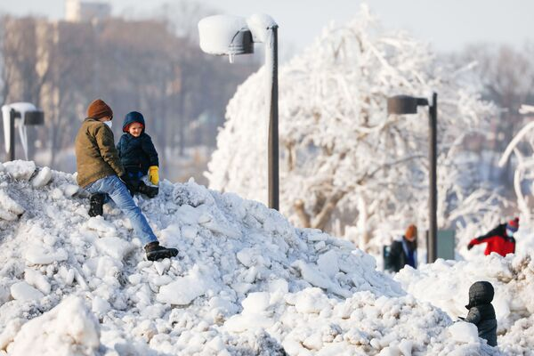 Děti na kopci ledu a sněhu v parku ve městě Niagara Falls, New York - Sputnik Česká republika