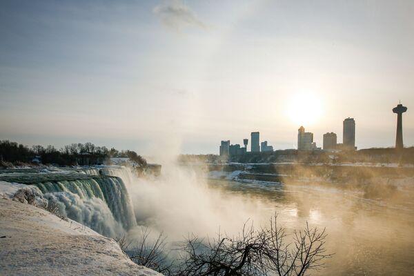 Americký vodopád obklopený ledem ve městě Niagara Falls ve státě New York - Sputnik Česká republika