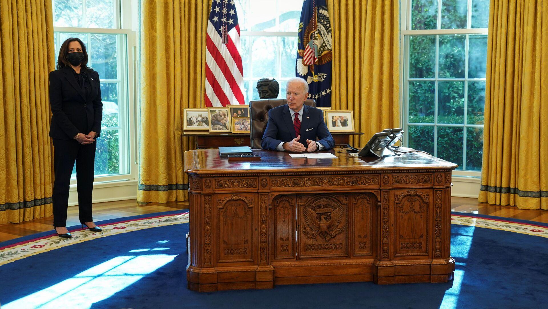 Americká viceprezidentka Kamala Harrisová stojí vedle amerického prezidenta Joea Bidena v Bílém domě - Sputnik Česká republika, 1920, 23.02.2021
