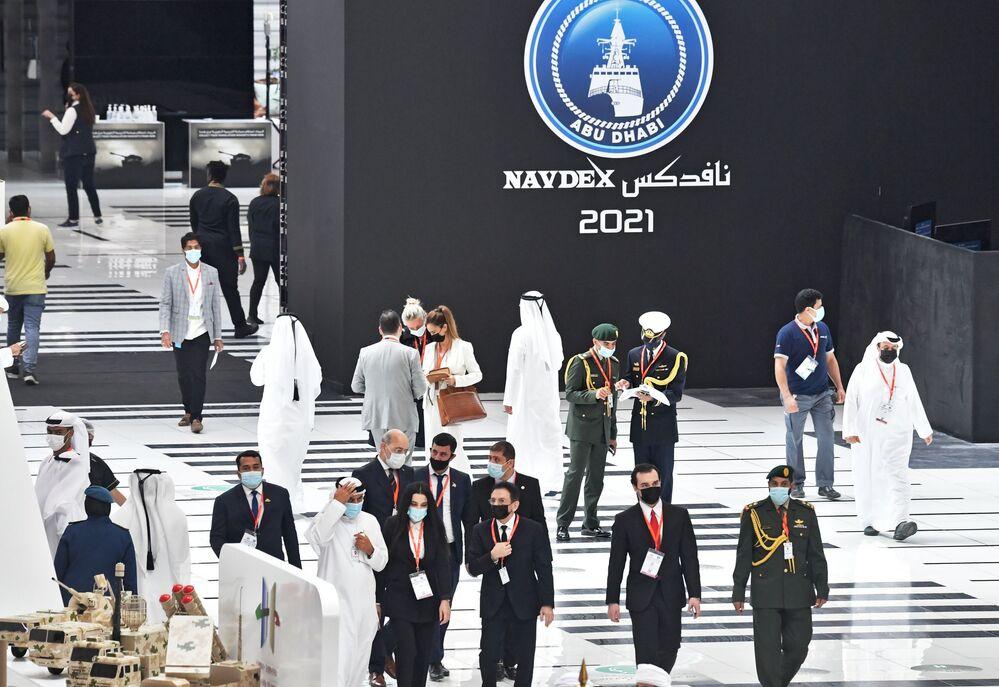 Návštěvníci vojenského veletrhu IDEX 2021 v Abú Zabí