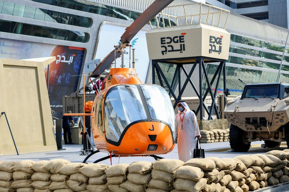 Návštěvník si prohlíží vrtulník na vojenském veletrhu IDEX 2021 v Abú Zabí