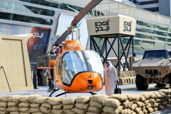 Návštěvník si prohlíží vrtulník na vojenském veletrhu IDEX 2021 v Abú Zabí - Sputnik Česká republika