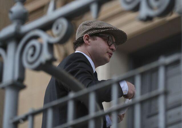Simon Bowes-Lyon, hrabě ze Strathmoru před uložením rozsudku u soudu