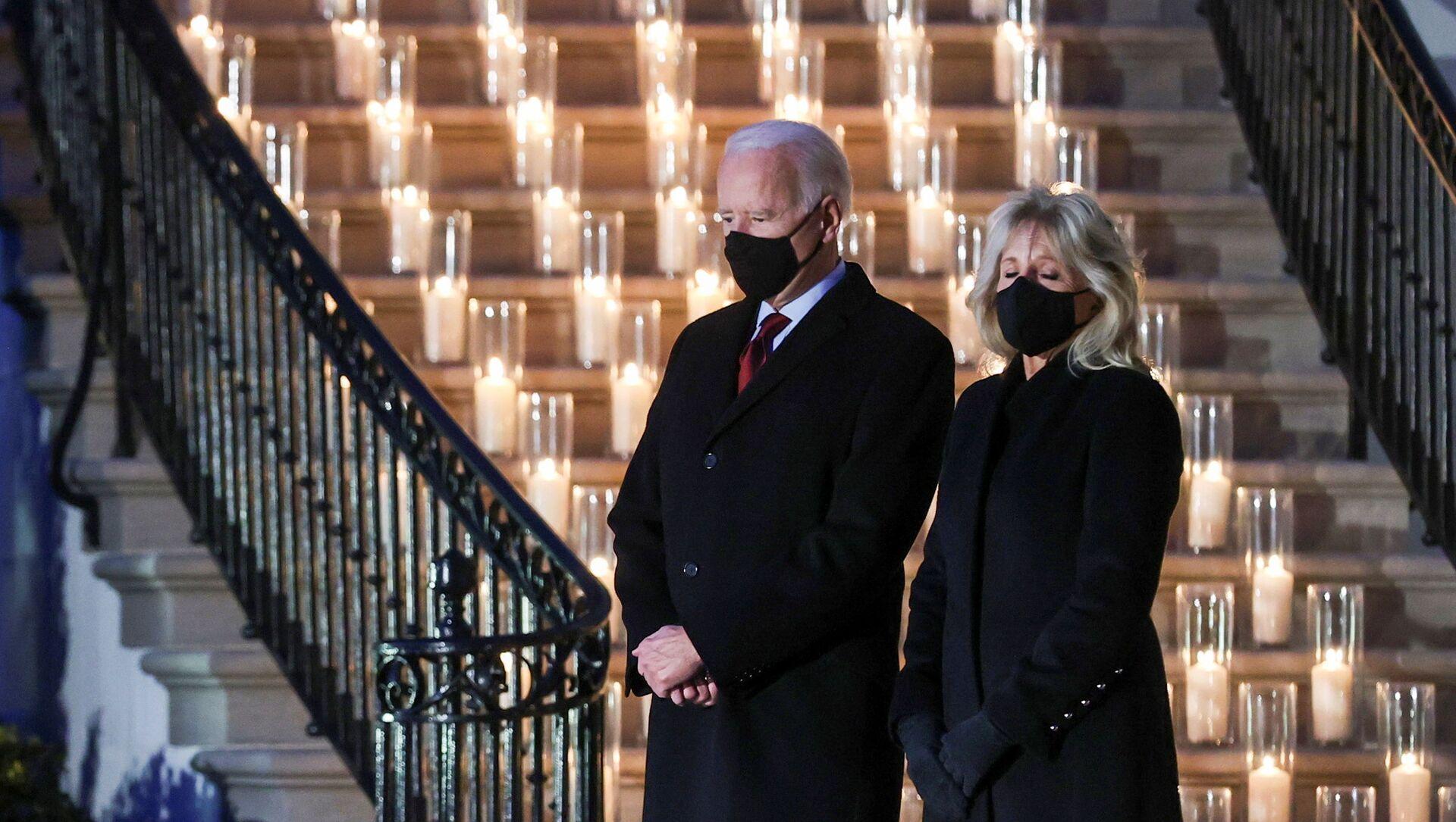 Americký prezident Joe Biden a jeho manželka Jill Bidenová se zúčastnili minutu ticha a ceremonie zapálení svíčky u příležitosti pochmurného milníku 500 000 úmrtí v USA na koronavirovou chorobu (covid-19) u Bílého domu ve Washingtonu, USA, 22. února 2021 - Sputnik Česká republika, 1920, 23.02.2021