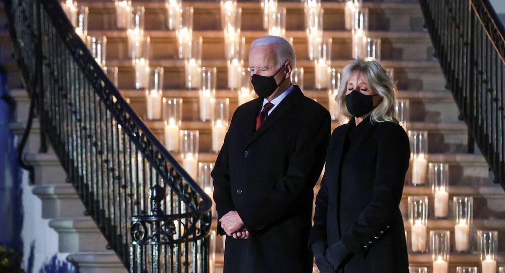 Americký prezident Joe Biden a jeho manželka Jill Bidenová se zúčastnili minutu ticha a ceremonie zapálení svíčky u příležitosti pochmurného milníku 500 000 úmrtí v USA na koronavirovou chorobu (covid-19) u Bílého domu ve Washingtonu, USA, 22. února 2021