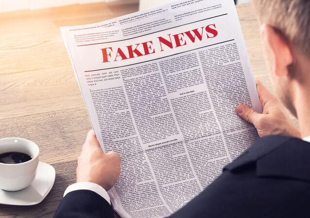 Osoba, která čte falešné zprávy