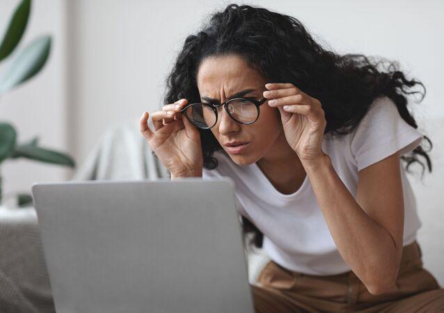 Žena před počítačem