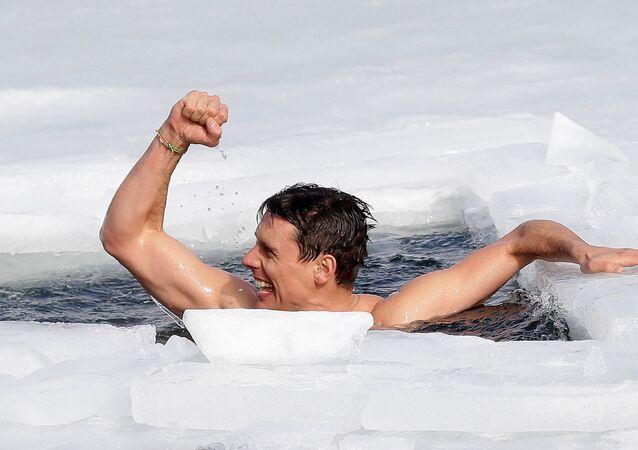 Český freedriver David Vencl pokořil rekord v plávání pod ledem.