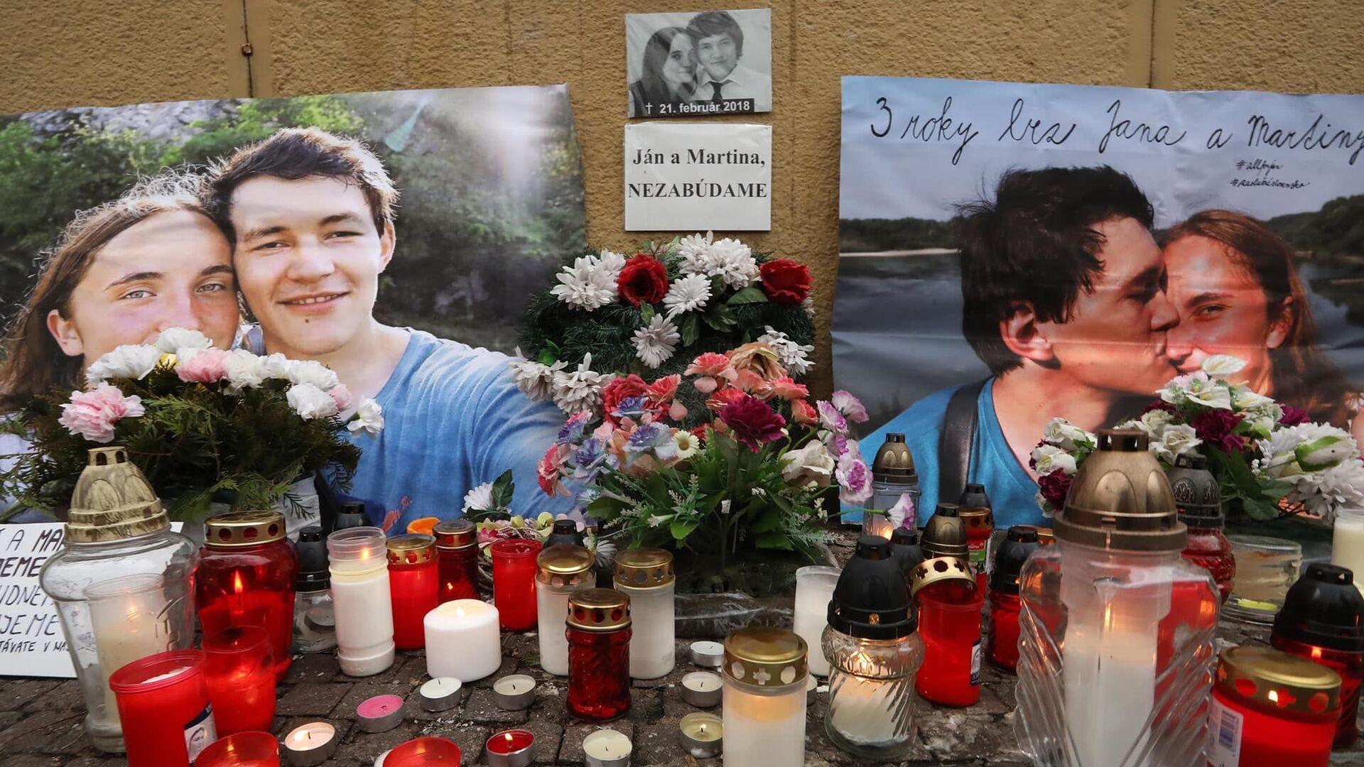 Květiny a svíčky před fotografiemi slovenského novináře Jána Kuciaka, který byl v roce 2018 zastřelen se svou snoubenkou Martinou Kušnirovou - Sputnik Česká republika, 1920, 15.06.2021