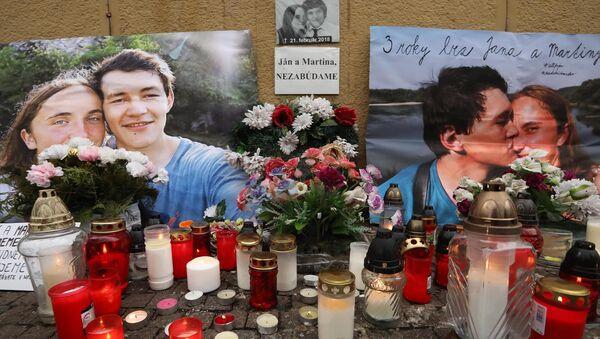 Květiny a svíčky před fotografiemi slovenského novináře Jána Kuciaka, který byl v roce 2018 zastřelen se svou snoubenkou Martinou Kušnirovou - Sputnik Česká republika