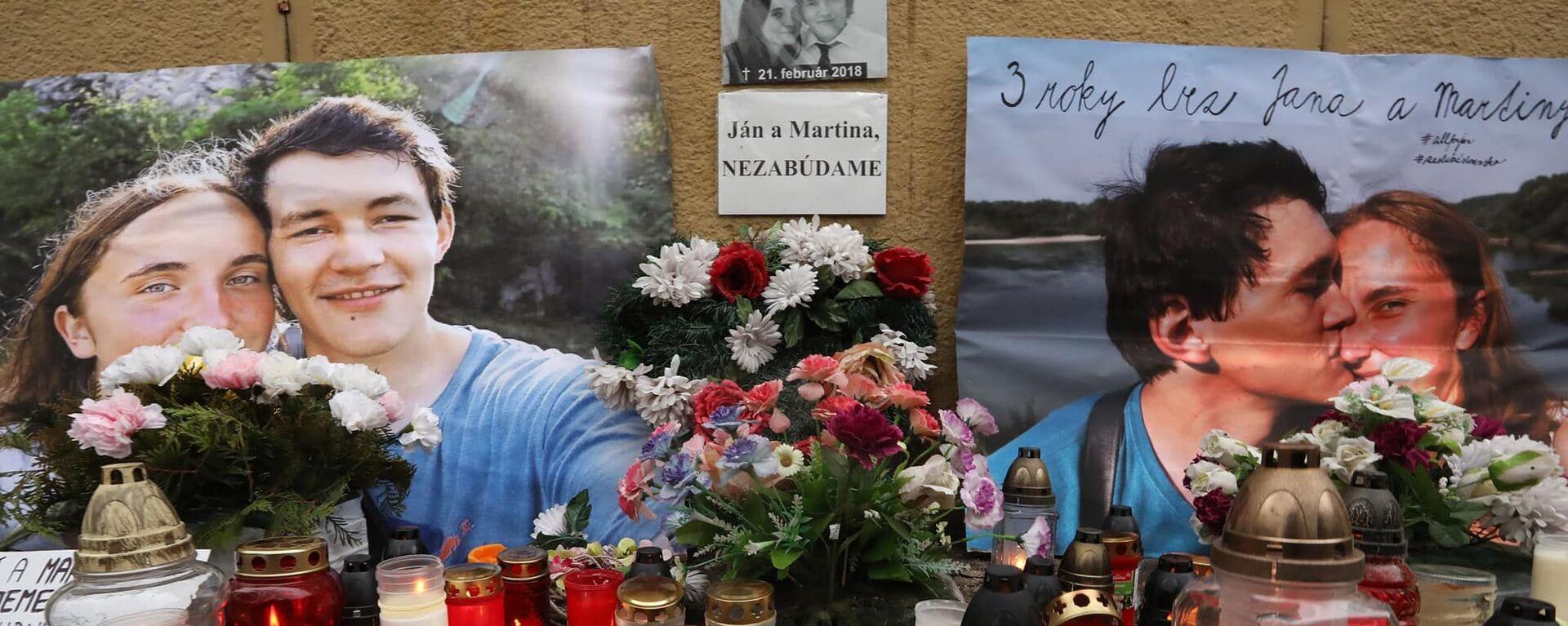 Květiny a svíčky před fotografiemi slovenského novináře Jána Kuciaka, který byl v roce 2018 zastřelen se svou snoubenkou Martinou Kušnirovou - Sputnik Česká republika, 1920, 24.02.2021