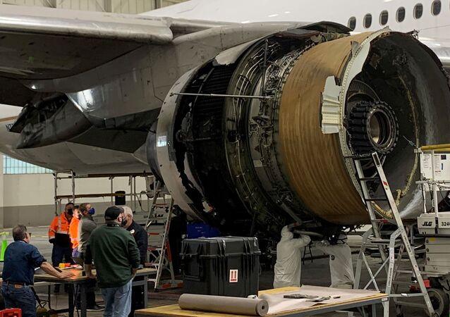 Poškozený pravý motor letadla United Airlines č. 328, Boeing 777-200 po incidentu s poruchou motoru z 20. února