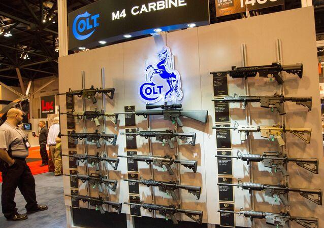 Stánek s karabiny Colt M4 v různých konfiguracích je vystaven na výroční výstavě Národní asociace střelců (NRA) 14. dubna 2012 v St. Louis, Missouri