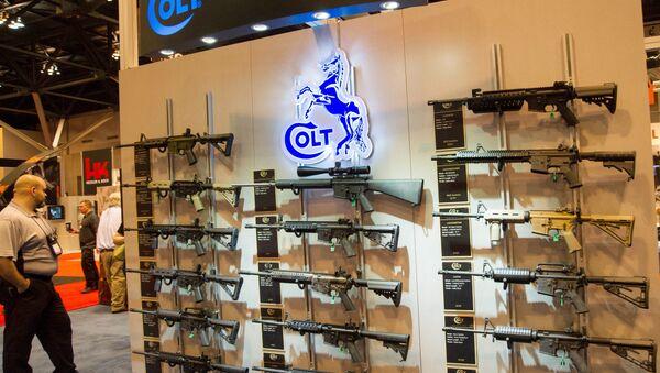 Stánek s karabiny Colt M4 v různých konfiguracích je vystaven na výroční výstavě Národní asociace střelců (NRA) 14. dubna 2012 v St. Louis, Missouri - Sputnik Česká republika