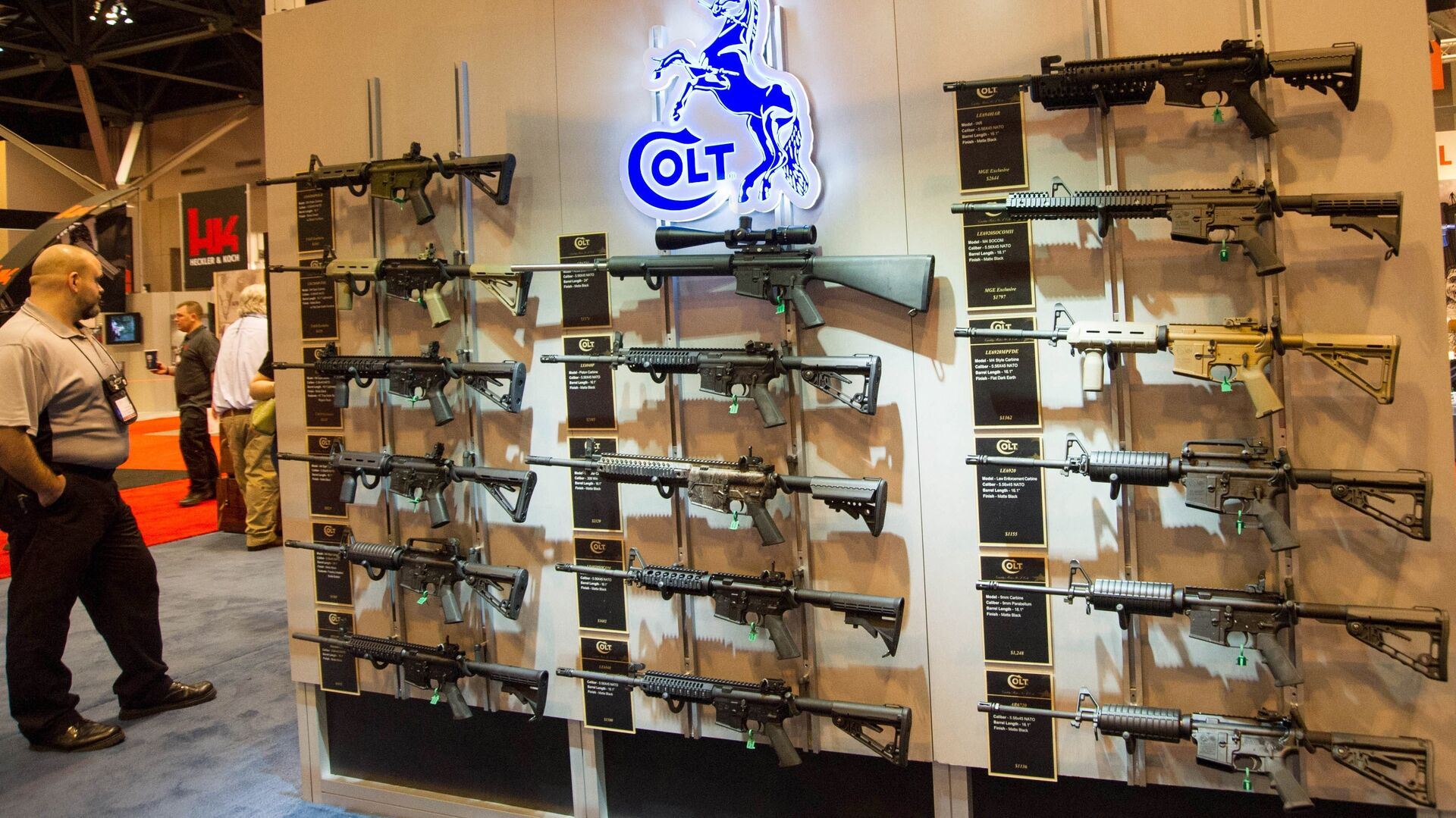 Stánek s karabiny Colt M4 v různých konfiguracích je vystaven na výroční výstavě Národní asociace střelců (NRA) 14. dubna 2012 v St. Louis, Missouri - Sputnik Česká republika, 1920, 24.05.2021