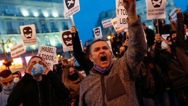 Příznivci rappera Pabla Hazela na protestu ve španělském Madridu - Sputnik Česká republika