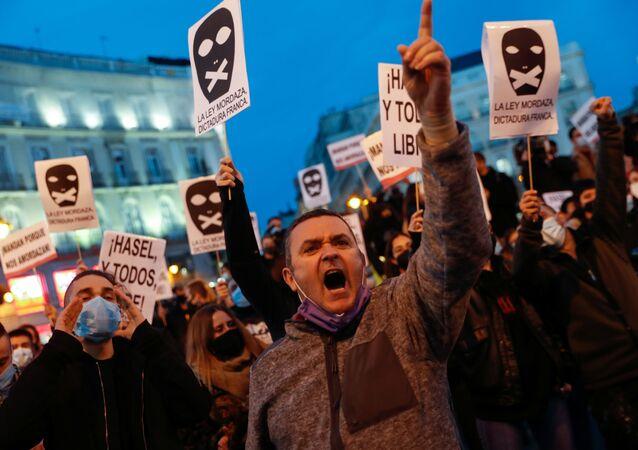 Příznivci rappera Pabla Hazela na protestu ve španělském Madridu