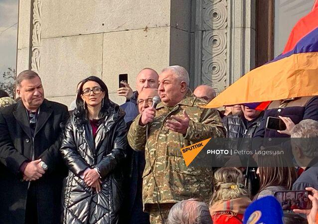Jurij Chačaturov na shromáždění opozice na náměstí Svobody (25. 02. 2021)