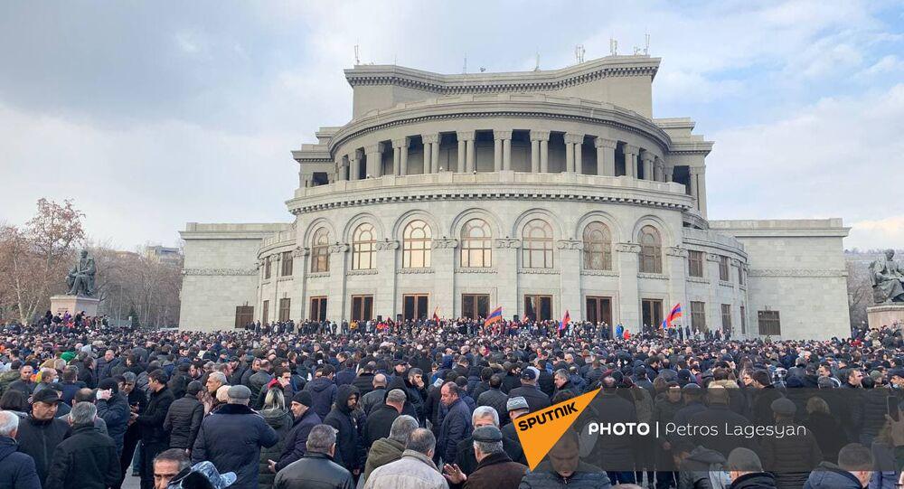 Shromáždění opozice na náměstí Svobody v centru Jerevanu. Lidé chtějí demisi premiéra