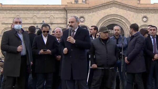 Arménský premiér Nikol Pašinjan vystupuje před svými stoupenci (25. 2. 2021) - Sputnik Česká republika