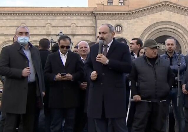 Arménský premiér Nikol Pašinjan vystupuje před svými stoupenci (25. 2. 2021)