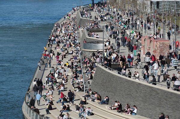 Lidé chytají bronz na břehu řeky v Kolíně nad Rýnem. - Sputnik Česká republika