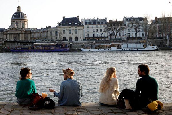 Obyvatelé Paříže si užívají slunečného počasí na břehu řeky Seina v Paříži. - Sputnik Česká republika