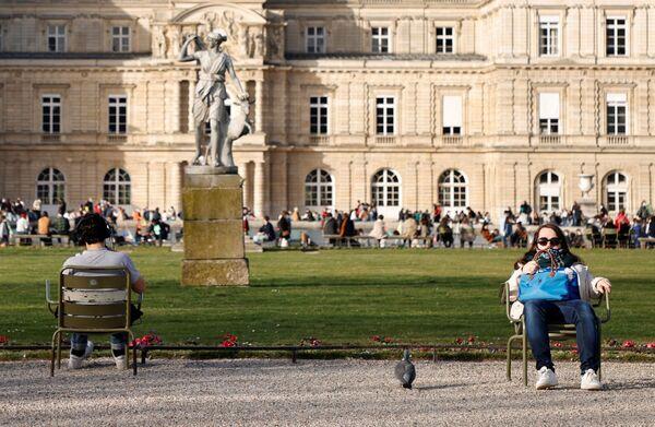Lidé si užívají sluníčka v pařížském parku Jardin du Luxembourg. - Sputnik Česká republika