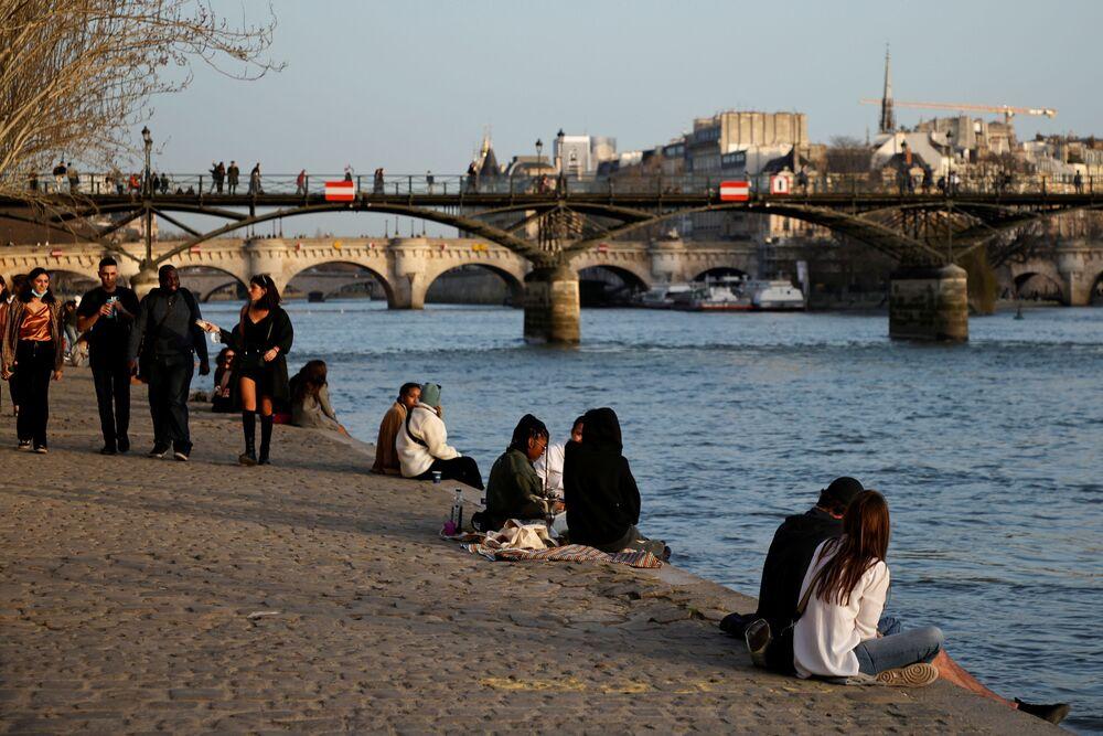 Romantika na břehu řeky Seina v Paříži.