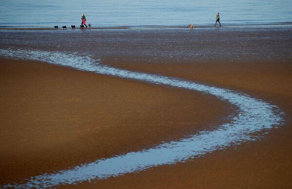 Sluneční paprsky zavítaly i na britskou pláž v New Brighton u Irského moře. - Sputnik Česká republika